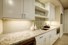 granite_countertop_glass_backsplash